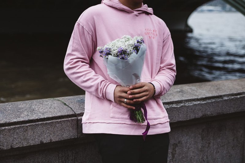Man_holding_flowers